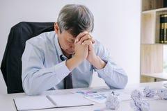 Kranker und müder, älterer Geschäftsmann glauben deprimiert und, Geschäftsmann an seinem Schreibtisch erschöpft frustriert mit Pr lizenzfreies stockbild