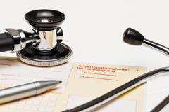 Krankes, gelbes Zertifikat auf Schreibtisch u. x28; ein deutsches form& x29; Stockfoto