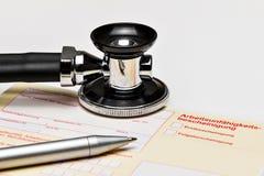 Krankes, gelbes Zertifikat auf Schreibtisch u. x28; ein deutsches form& x29; Stockbild