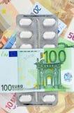 Krankes Geld mit Pillen Stockbilder