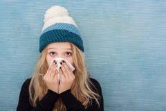 Krankes Jugendlichmädchen mit Kamin lizenzfreie stockbilder