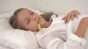 Krankes Kind im Bett, krankes Kind mit Thermometer, Mädchen im Krankenhaus, Pillen-Medizin stockfotos