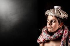 Krankes Kind mit Thermometer und Eisbeutel Lizenzfreie Stockfotos