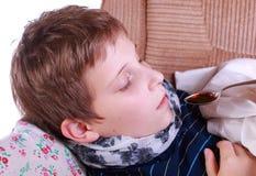 Krankes Kind nimmt Medizin an Stockbilder