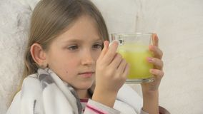 Krankes Kindergesichts-trinkende Drogen, trauriges krankes Mädchen, Kinderporträt mit Medikament, Sofa stockfoto