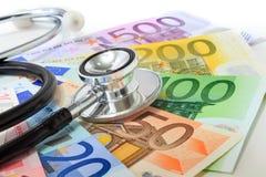 Krankes Konzept der europäischen Währung: Stethoskop auf Eurobanknoten Lizenzfreie Stockfotos