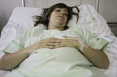 Krankes Krankenhausbett des Mädchens Lizenzfreies Stockbild