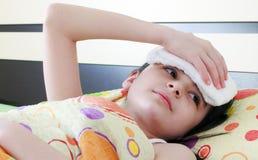 Krankes Mädchen im Bett Lizenzfreies Stockbild