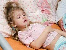 Krankes Mädchen mit drei Jährigen, das unter hoher Temperatur leidet Stockfotografie