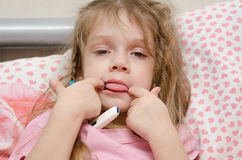 Krankes Mädchen mit drei Jährigen, das Zunge zeigt Stockfoto