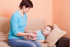 Krankes Mädchen mit Mutter Stockfoto