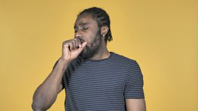 Krankes zufälliges afrikanisches Mann-Husten lokalisiert auf gelbem Hintergrund stock video