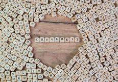 Krankheit, texto alemán para la enfermedad, palabra en letras en el cubo corta en cuadritos en la tabla foto de archivo