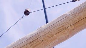 Krankrok som rymmer trä gem Kranen lyfter en stråle på en konstruktionsplats Arbete p? konstruktionsplatsen stock video
