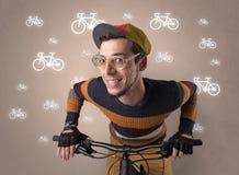 Krankzinnige fietser met fiets op de achtergrond stock foto's