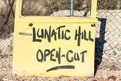Krankzinnige Heuvel - oude gele autodeur voor teken royalty-vrije stock afbeeldingen