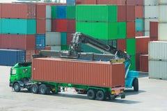 Kranlyftarm som behandlar behållareaskpäfyllning för att åka lastbil Arkivfoto