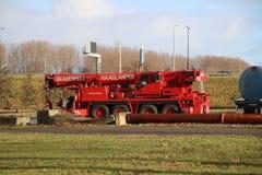 Kranmedel av brandkåren Haaglanden med räckvidd av 51 meter som sparar folk eller rerail en spårvagn i Haag royaltyfria bilder