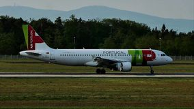 KRANOWY Lotniczy Portugalia samolot na pasie startowym w Frankfurt lotnisku, FRA, Niemcy