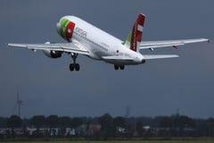 KRANOWY Lotniczy Portugalia samolot zdejmuje od pasa startowego zdjęcie royalty free