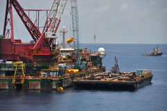 Kranpråm som lyfter tung last eller den tunga elevatorn i frånlands- fossila bränslenbransch Stort fartyg som arbetar för att led royaltyfri bild