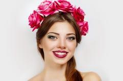 Krans av blommor på perfekt kvinna Arkivfoto