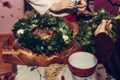 Krans av gröna lövrika tusenskönor på collaget - ukrainsk gifta sig tradition arkivfoto