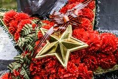 Krans med en stjärna på monumentet redan strid 40 kommer för fascismblommor för dagen stora hjältar för evig härlighet som hedern Fotografering för Bildbyråer