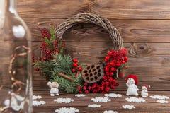 Krans med lotusblommablomman och röda bär Julvinterram på mörk träbakgrund röda element fotografering för bildbyråer