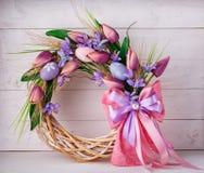 Krans som dekoreras med blommor och påskägg Arkivbild