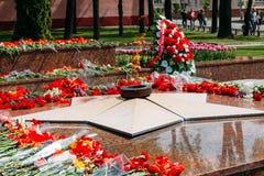 Kransar och blommor ligger på en kollektiv grav av Fotografering för Bildbyråer