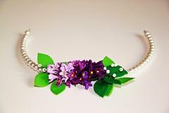 Kransen av vit och lilor blommar med pärlor för huvudet Royaltyfri Bild
