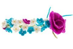 Kransen på huvudet av vit och blått blommar med rosor Royaltyfri Bild