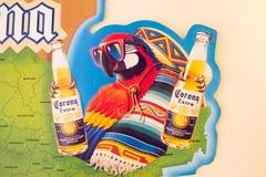 Kranslogoen annonserar den kommersiella papegojan fotografering för bildbyråer