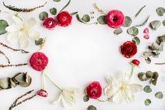 Kransram med rosa och röda rosor eller ranunculusen Royaltyfri Bild