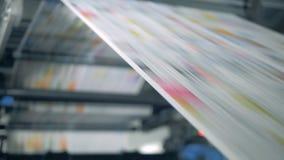 Krant die op een typografische transportband, automatische productie rollen stock videobeelden