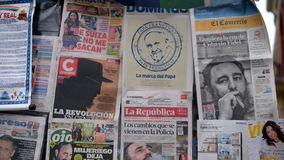 Krant die in Peru de dood van Castro ` s in een krantencabine behandelen op de straat Stock Afbeelding