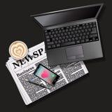Krant en mobiele telefoon met lattekunst en laptop Stock Fotografie