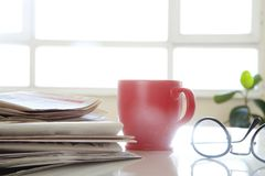 Krant met koffie op lijst Royalty-vrije Stock Foto