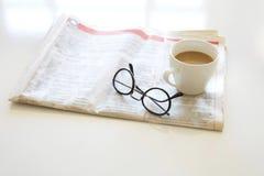 Krant met koffie op lijst Stock Afbeeldingen