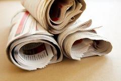 Krant op bruine achtergrond Stock Afbeeldingen