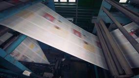 Krant op een machine die van het drukhuis wordt gedrukt stock video