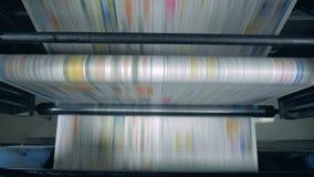 Krant op een rollende transportband in een typografieruimte die wordt bewogen stock videobeelden
