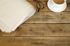 Krant op houten lijst Royalty-vrije Stock Foto