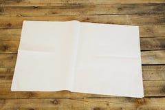 Krant op houten lijst Stock Afbeeldingen