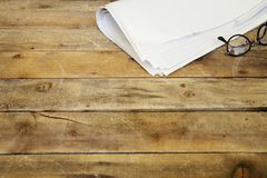 Krant op houten lijst Royalty-vrije Stock Foto's