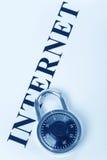 Krantekop Internet en slot royalty-vrije stock fotografie