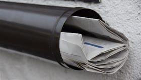 Kranten in een brievenbus stock foto's