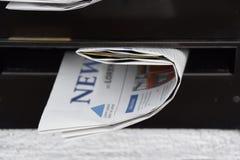 Kranten in een brievenbus royalty-vrije stock foto