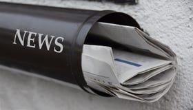 Kranten in een brievenbus royalty-vrije stock fotografie